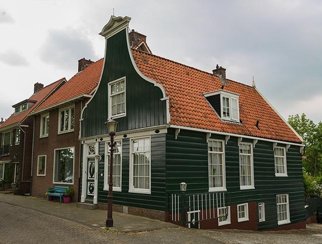 Old wood house on the Nieuwendammerdijk