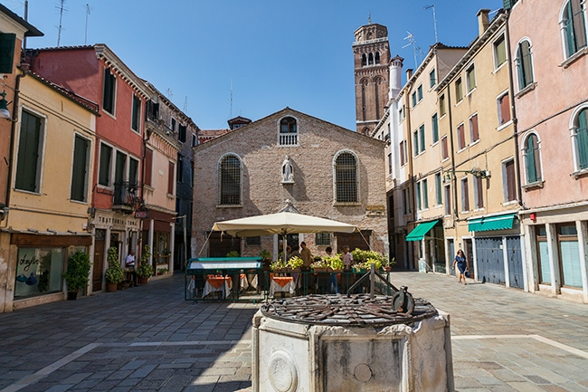Sant Aponal with the Chiesa di San Silvestro in the back