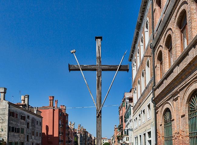 A cross at the Fondamenta Moro o Coletti
