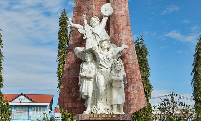 Detail of the war memorial in Đắk Tô