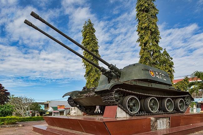 A tank at the war memorial in Đắk Tô