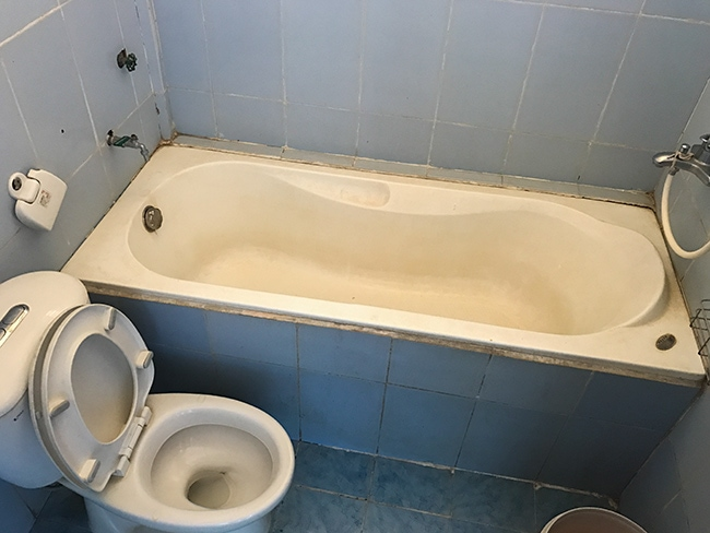 Bathroom at the Ngoc Chau Guesthouse in Khe Sanh