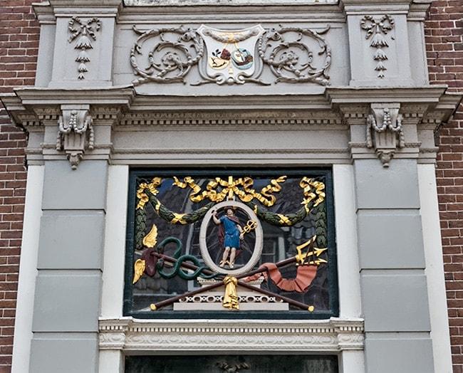Decoration over an entrance at Lingerzijde