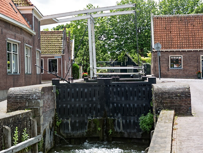Old watergate to regulate the water level
