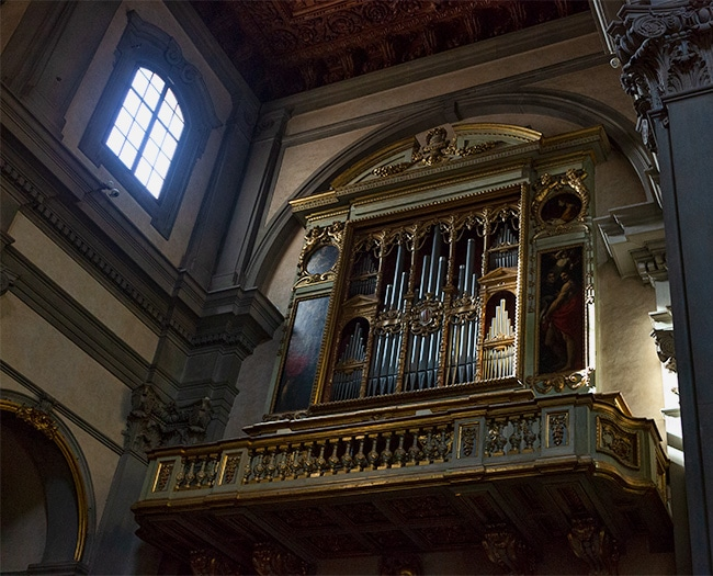 The pipe organ was built in 1558 by Onofrio Zeffirini