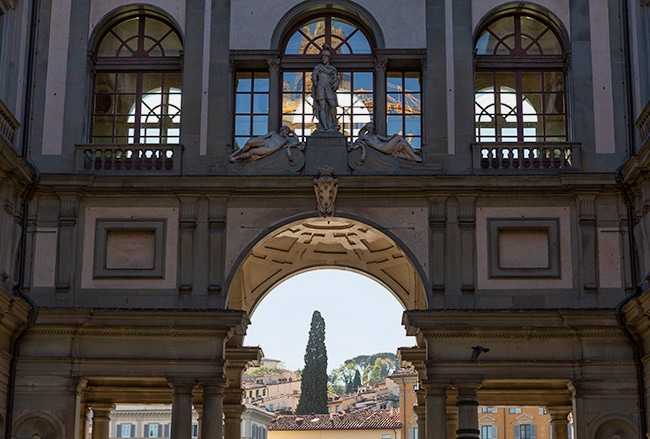 At the end of Piazzale degli Uffizi