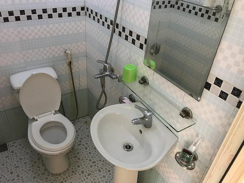 Bathroom at the Ly Ha Hotel in Phố Châu
